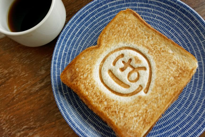 朝食にほっとするホットサンドとコーヒー