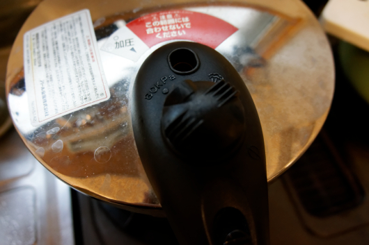 圧力鍋蓋をする