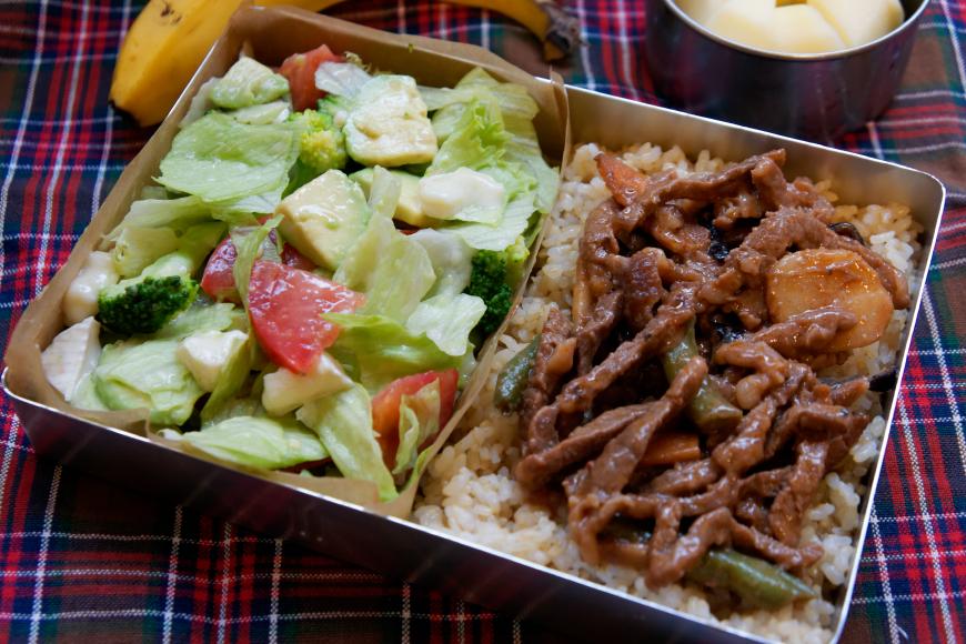 焼き肉とサラダのセパレート弁当