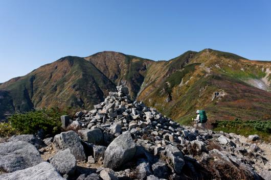 朝日連峰積み上げられた石